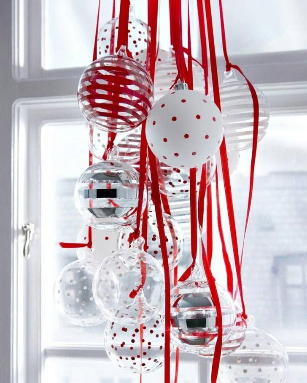 De simples boules accrochées à de jolis rubans suspendues à la fenêtre.